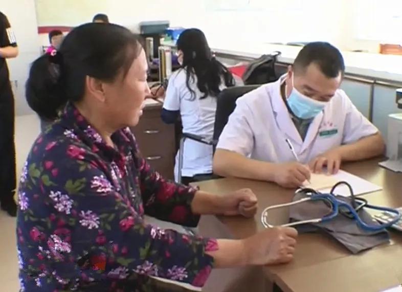 前郭县政协组织医疗专家到乌兰图嘎镇董家村义诊