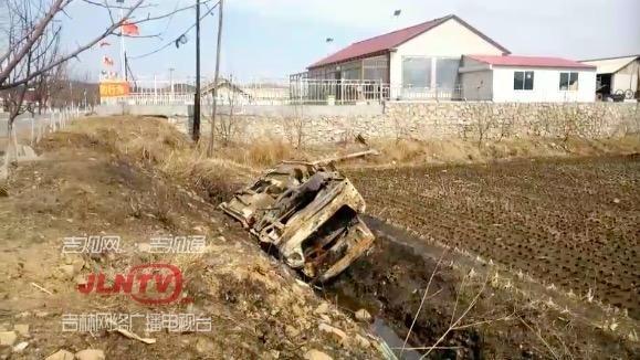 英雄就在身边!小车起火车主被困火中 男子奋勇冲上救援