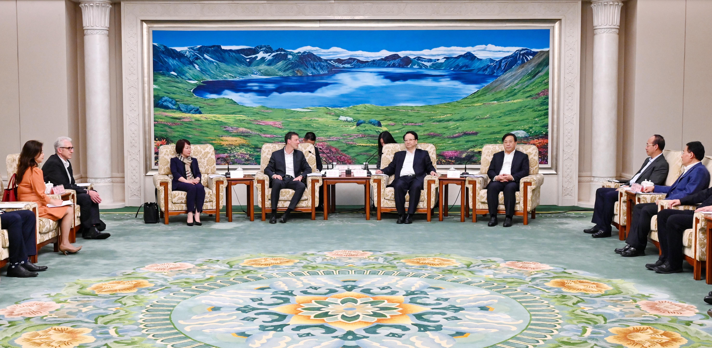 景俊海韩俊一起会见奥迪中国总裁安世豪