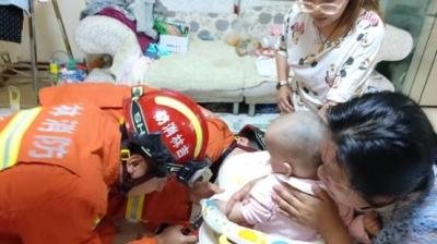 敦化市:两岁男童手被夹  消防人员急救援