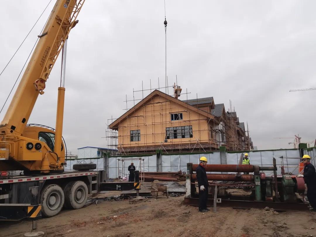 【查干湖保护和开发进行时】查干湖生态小镇供暖项目紧张施工