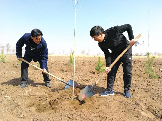 前郭县广大干部群众参加义务植树活动