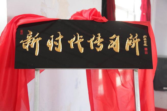 """蒙古族老人朝伦巴根表演""""草原说唱"""" 思想建设助力脱贫"""